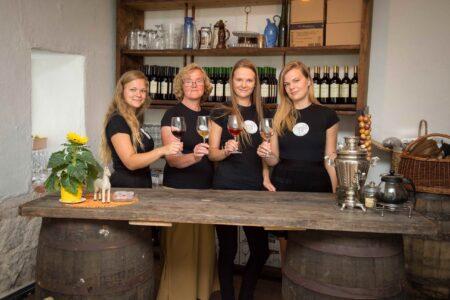 Eesti-veinitee-Hirveaia-veinikelder